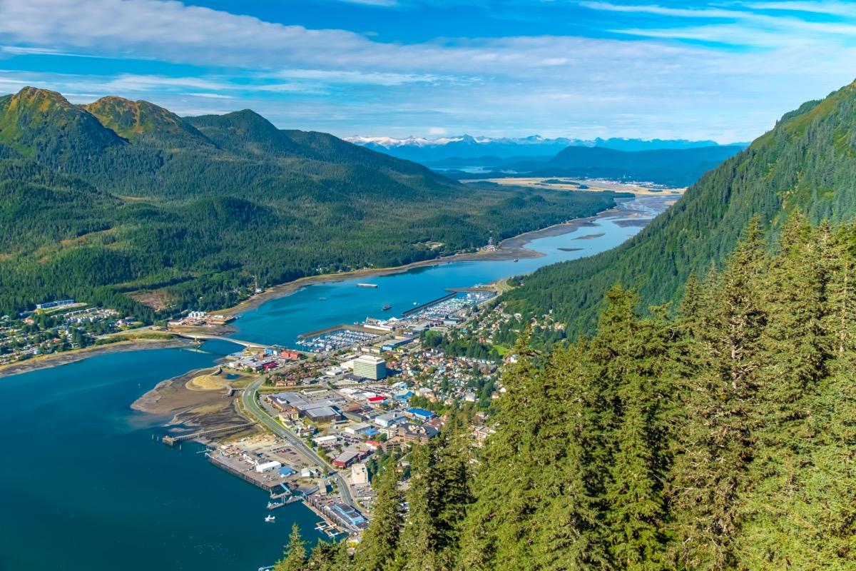 Une vue aérienne de Juneau et du canal Gastineau depuis le mont Roberts.