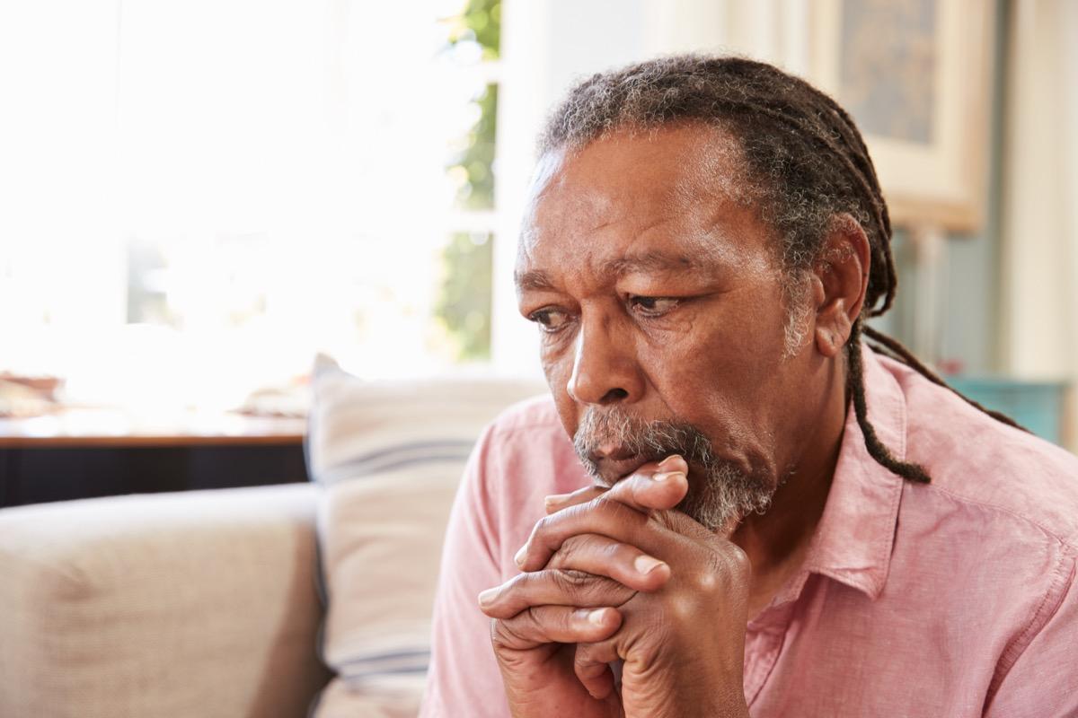 homme anxieux, triste ou déprimé assis sur un canapé, dépression, déprimé, anxiété, stress, inquiet, inquiétude, questions de santé après 40