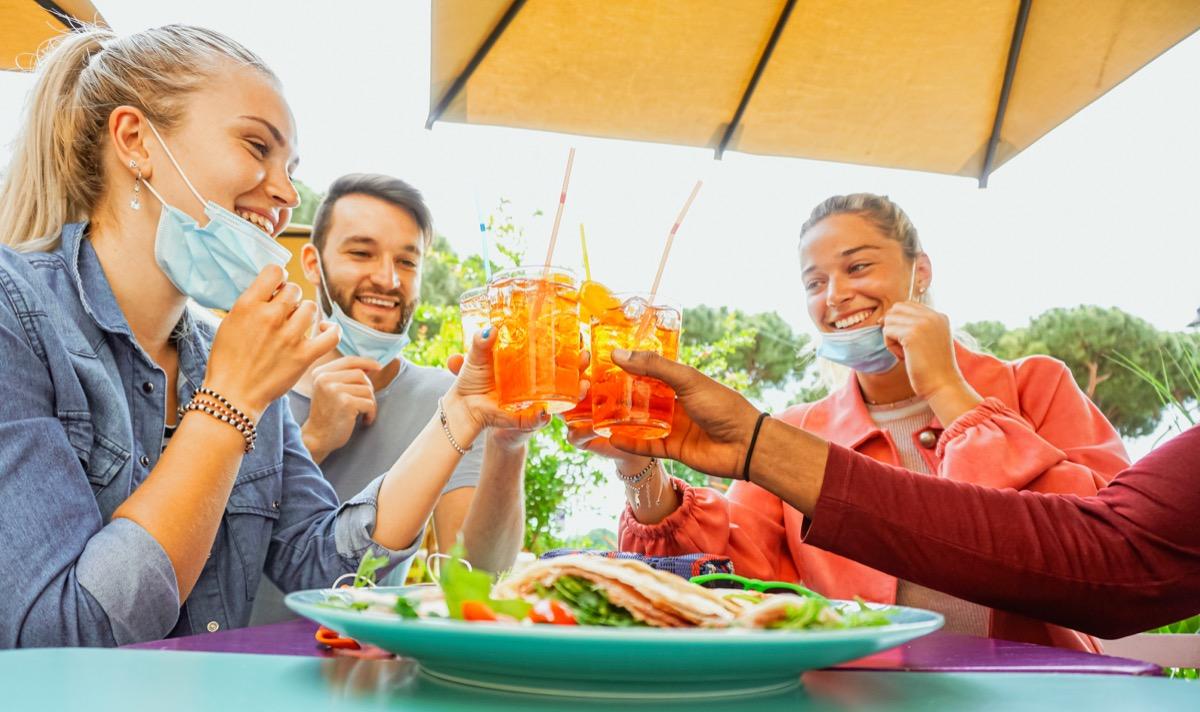 Jeunes portant des masques pour le dîner et les boissons