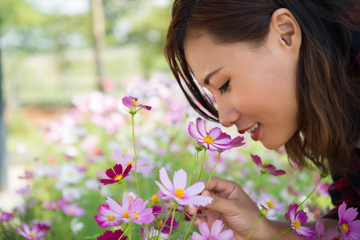 Les femmes sentant les fleurs