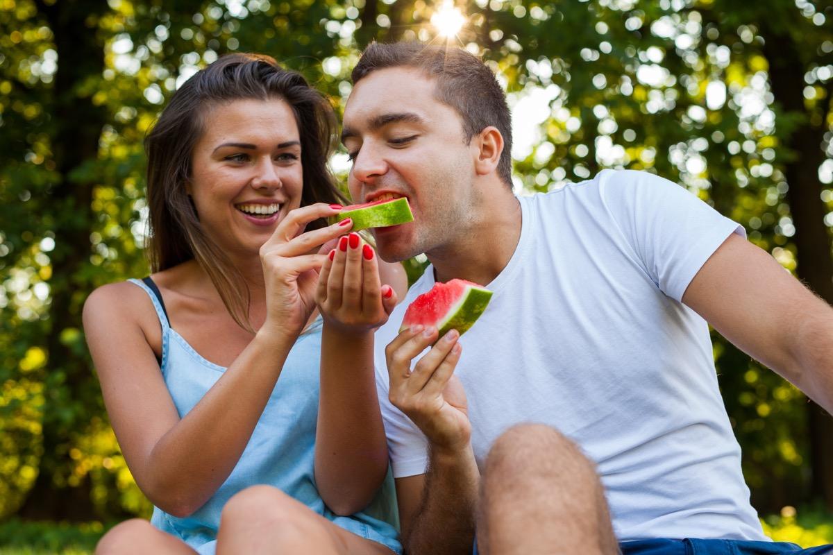 Homme mangeant des fruits de pastèque