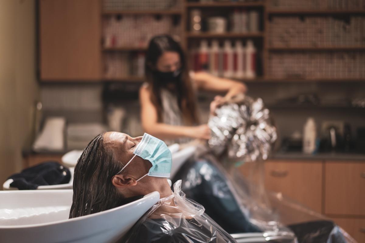 réouverture d'un salon de coiffure après le verrouillage de covid-19 avec des précautions de sécurité
