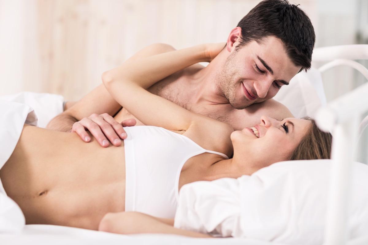 Femme et homme au lit