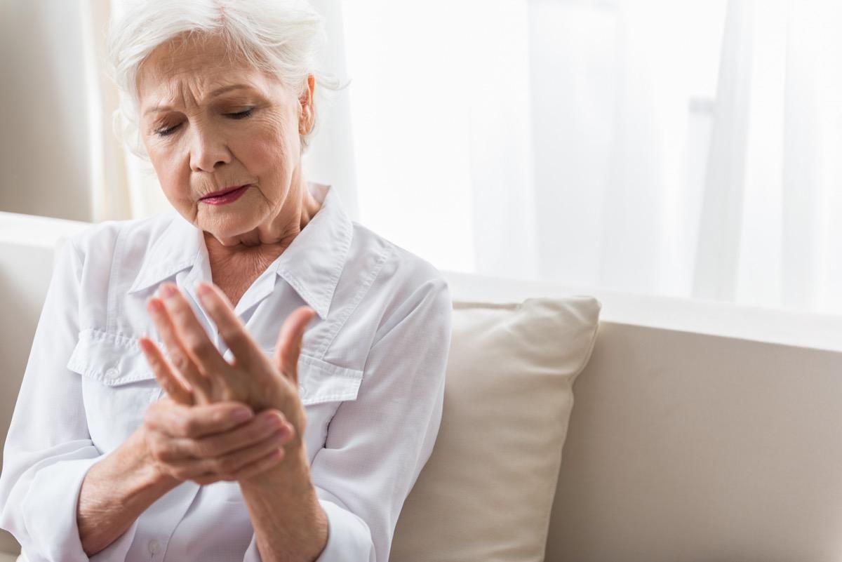 Femme souffrant de douleurs articulaires
