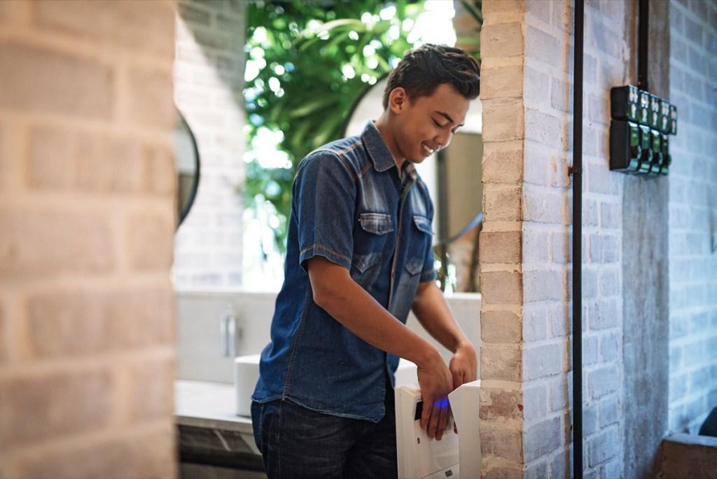 Jeune homme dans les toilettes publiques