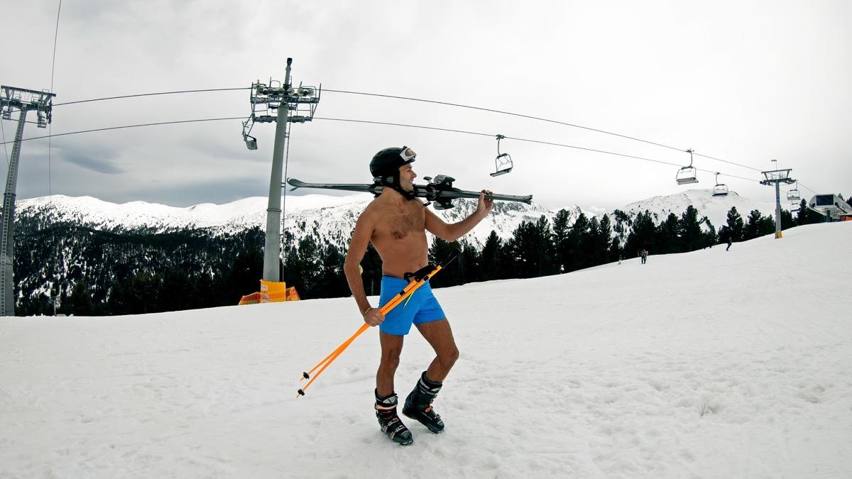 Homme en short ski