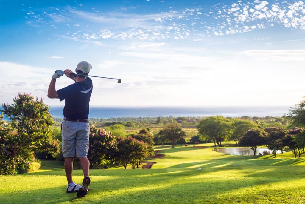 Homme jouant au golf en jouant au golf