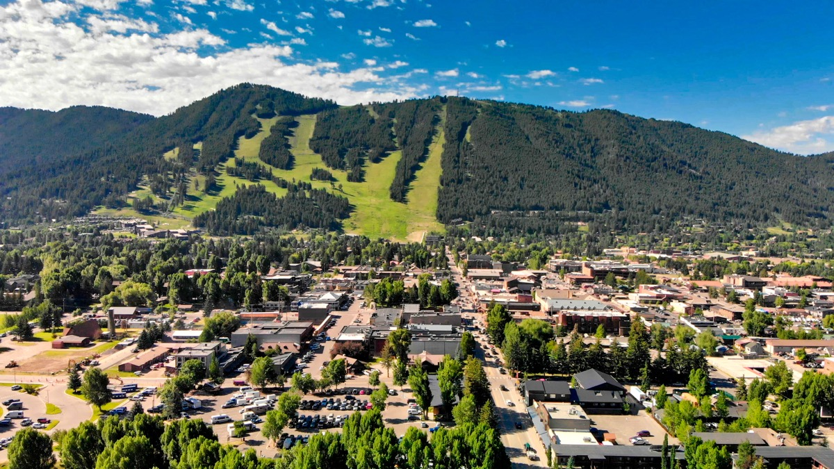 Vue aérienne panoramique des maisons de Jackson Hole et de belles montagnes un matin d'été, Wyoming.