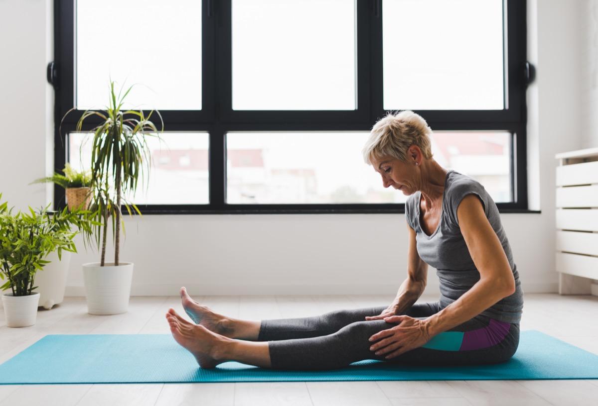 Femme plus âgée faisant du yoga