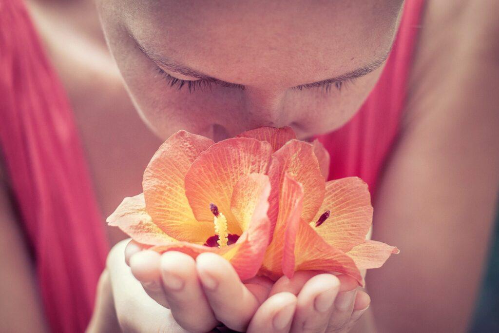Comment COVID-19 provoque une perte d'odeur