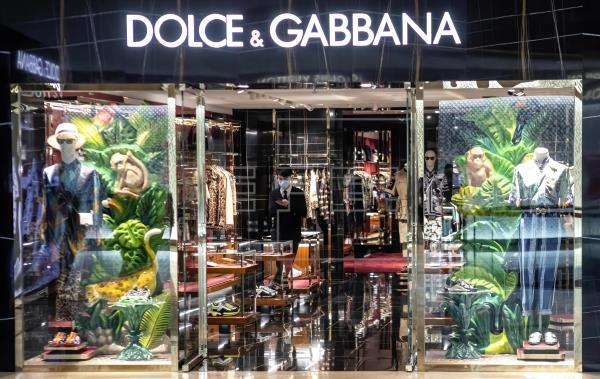 D&G se zambullen en el mar azul de Sorrento por la semana digital de Milán