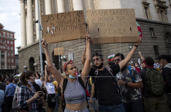 Miles de manifestantes piden por octavo día la dimisión del Gobierno búlgaro