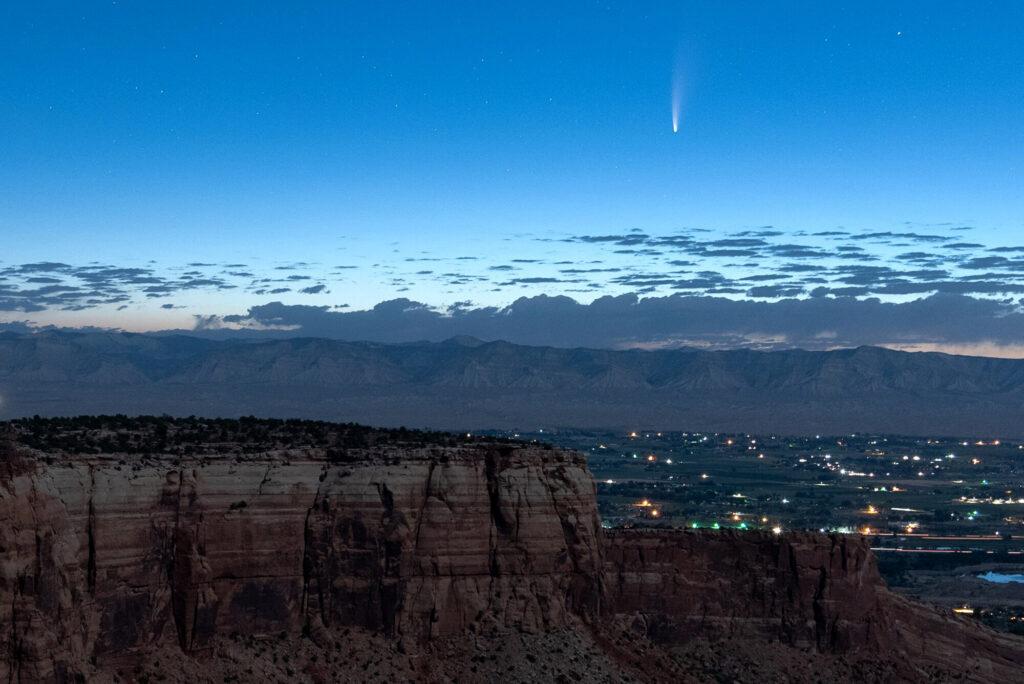 La comète passant devant la Terre, offrant un spectacle spectaculaire