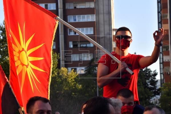 Los macedonios comienzan el proceso de votación en medio de un repunte de COVID-19