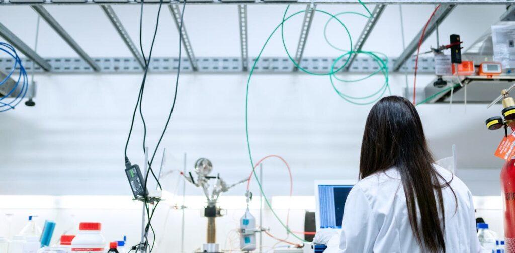 Les femmes travaillant dans le domaine des STEM sont encore bien en deçà de l'équité au travail.  COVID-19 risque d'annuler même ces modestes gains