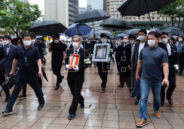 El funeral del alcalde de Seúl se celebra en un ambiente de polémica