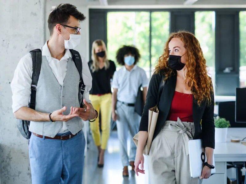 Les `` super épandeurs '' du COVID-19 remplissent rapidement la pièce de virus, mais les masques aident