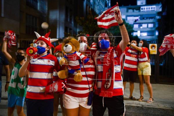 Aficionados rojiblancos celebran en la calle la clasificación europea