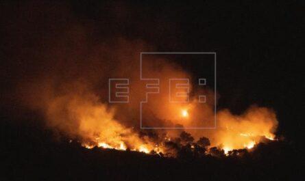 Casi un centenar de efectivos trabajan para controlar incendio Quesada (Jaén)