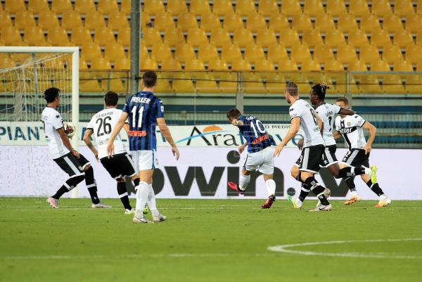 Un golazo de Papu Gómez mantiene al Atalanta en la pugna por la segunda plaza