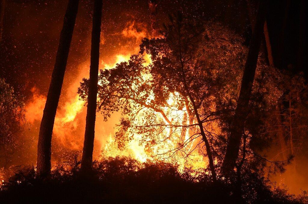 Un incendie de forêt en France consume des habitations et force les évacuations