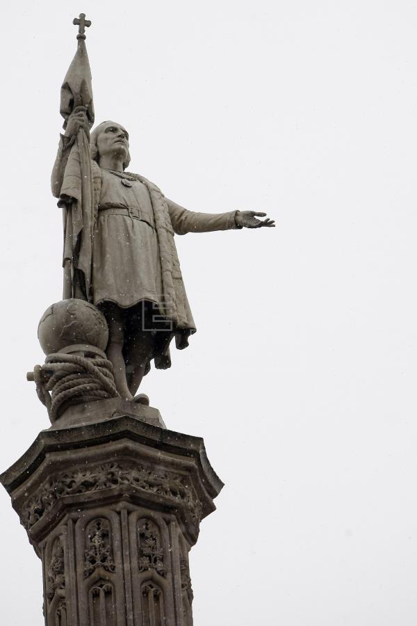 """Colocan una pancarta de """"Fuego al orden colonial"""" en la estatua de Colón"""